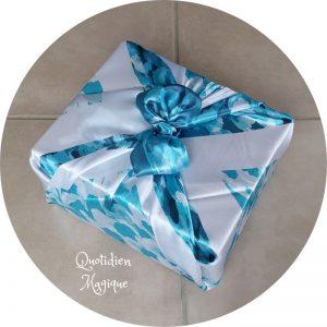 Tissu furoshiki bleu emballé
